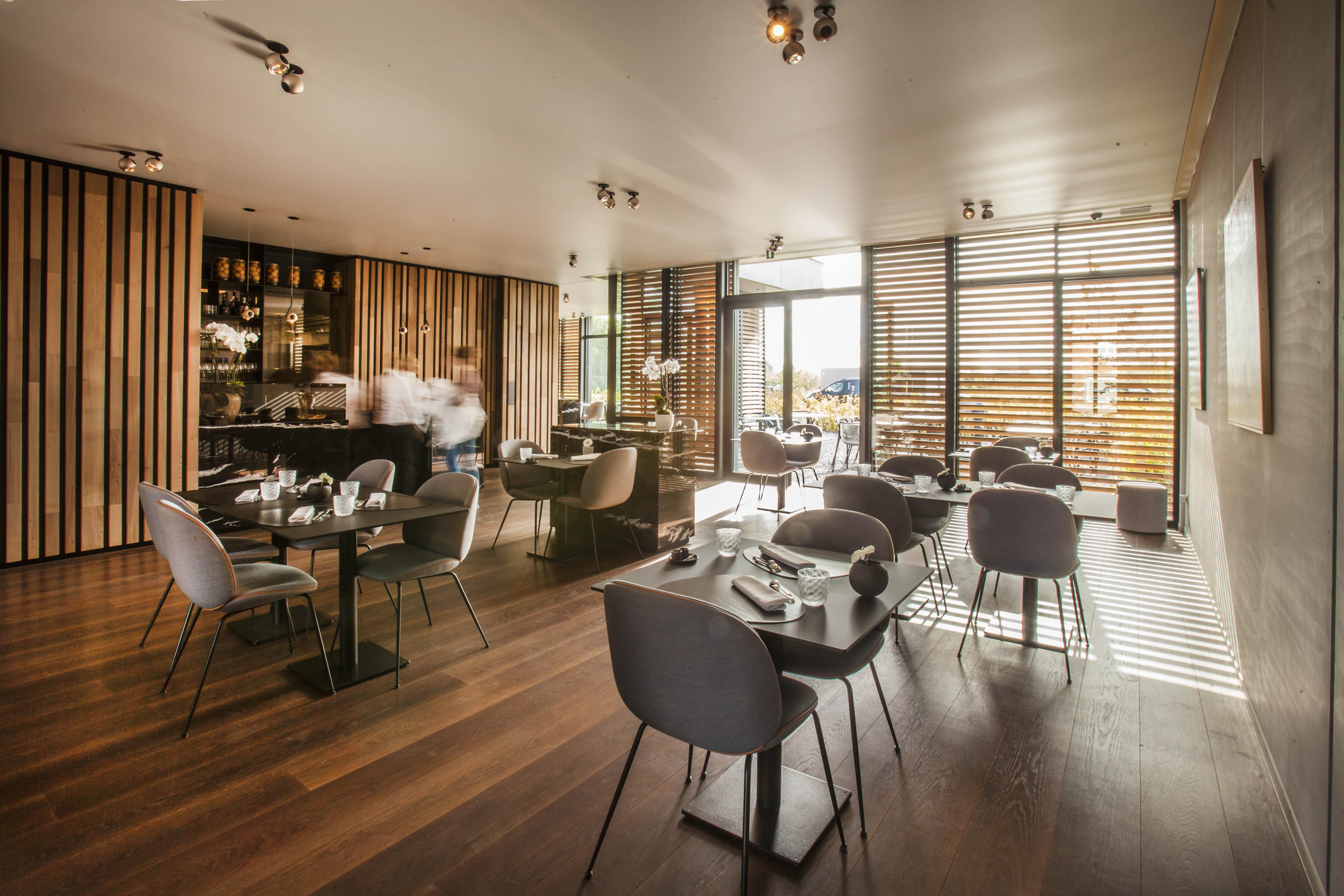 bij het binnenkomen in het restaurant wordt je begeleid door de houten wand die zich ontvouwd doorheen het interieur tevens is deze houten leidraad een